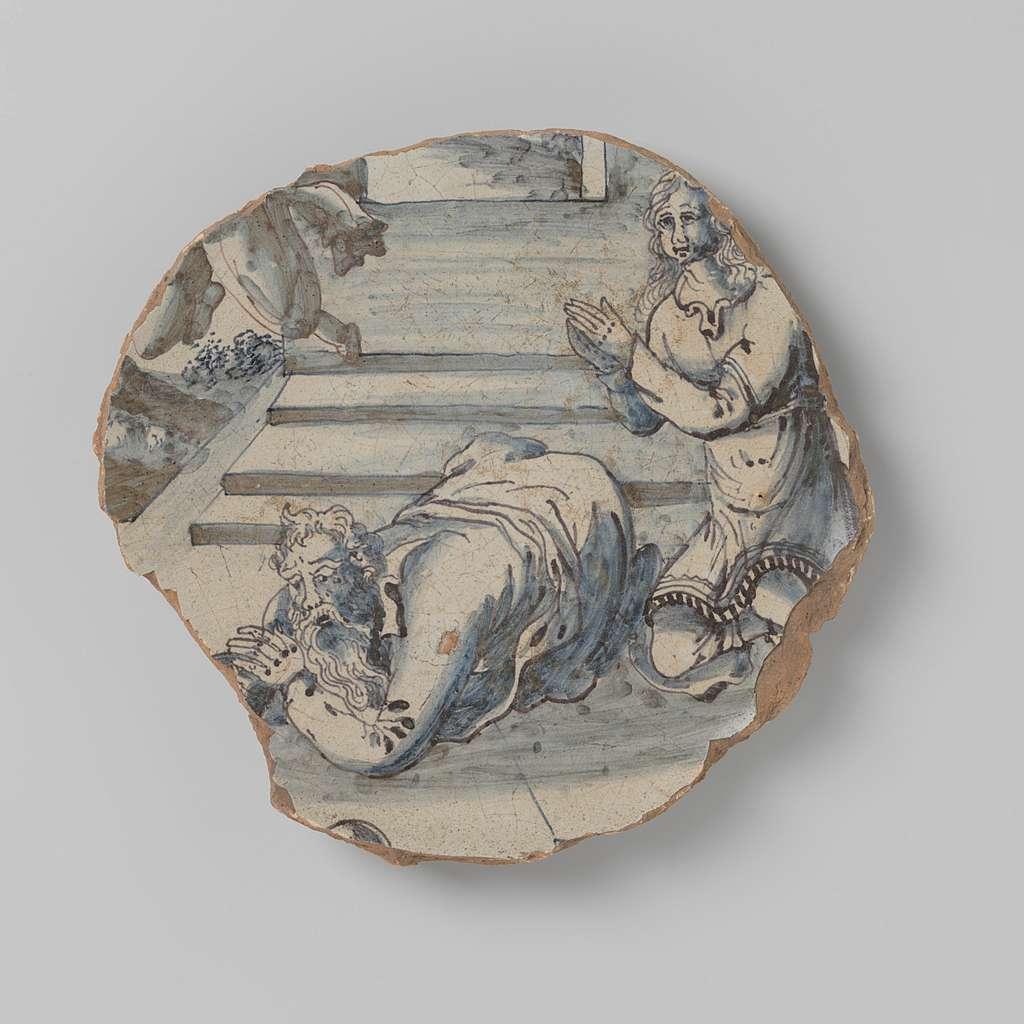 Schotelscherf van aardewerk met tekening van drie figuren bij een trap, in onderglazuur blauw, mogelijk het offer van Manoah
