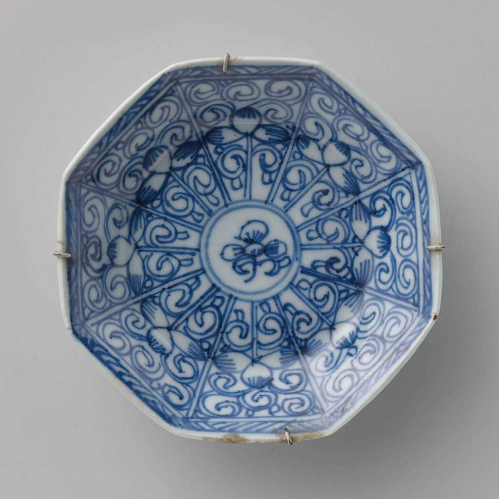 Octagonal saucer with flower scrolls in panel decoration