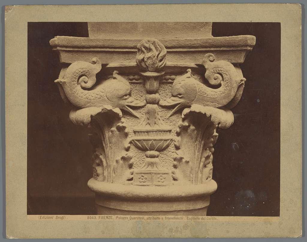 Gedecoreerde kapiteel als bij Palazzo Pazzi te Florence