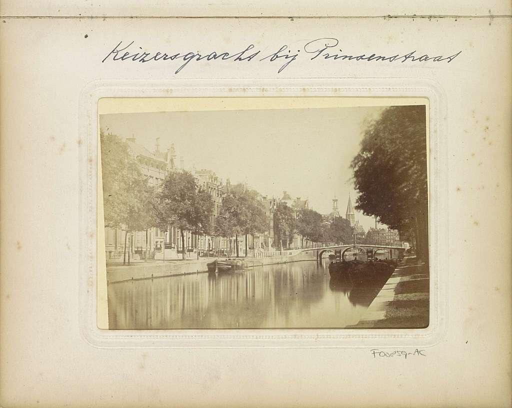 Gezicht op de Keizersgracht met in het midden de Noordschebrug tussen de Herenstraat (rechts) en de Prinsenstraat