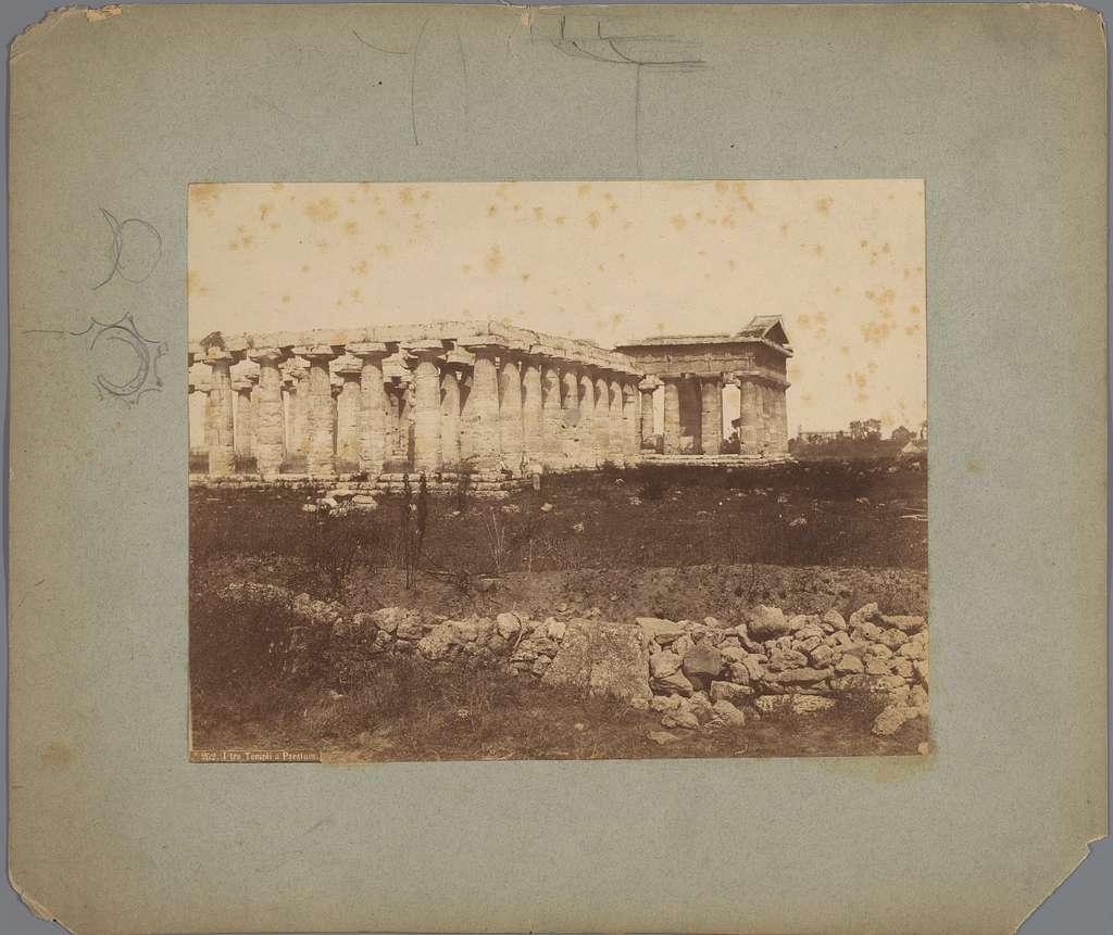 Gezicht op de ruïnes van een tempel te Paestum