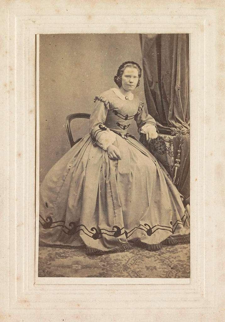 Portret van een vrouw, zittend