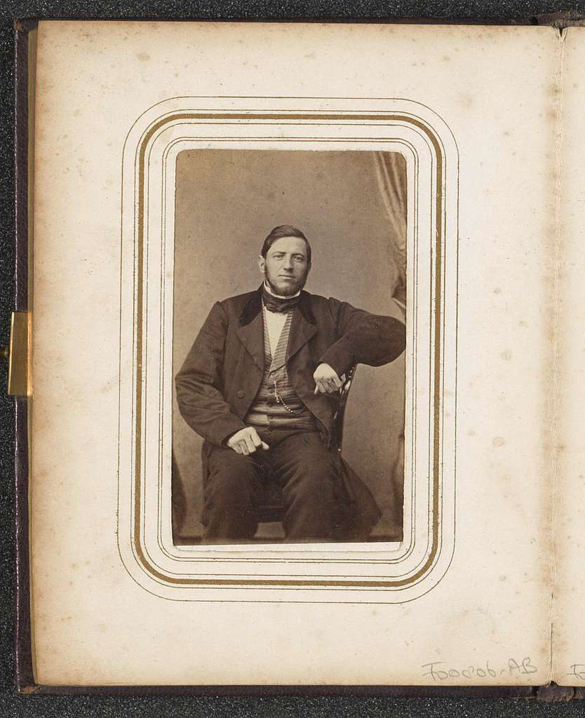 Portret van een zittende man met een baard en een halsdoek