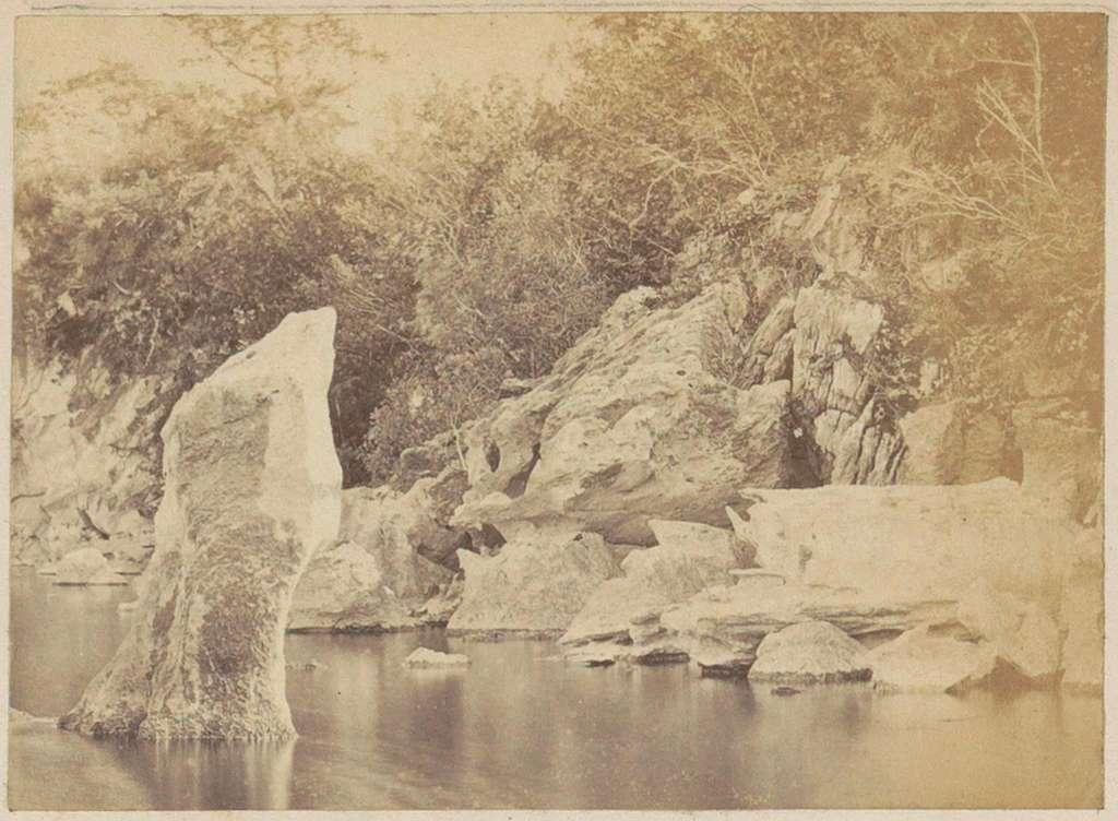 Rotsblokken langs een water, vermoedelijk in Engeland