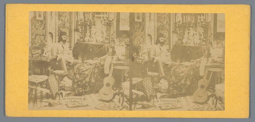 Theatrale voorstelling van een slapende man en vrouw omringd door spellen, muziekinstrumenten en een hond