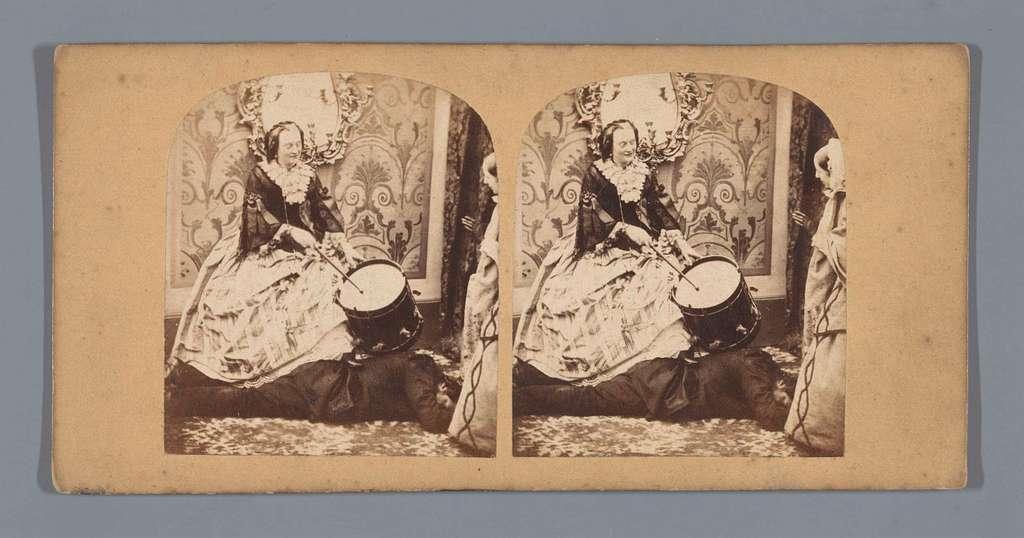 Vrouw met een trommel staat met een voet op een liggende man, een andere vrouw kijkt toe