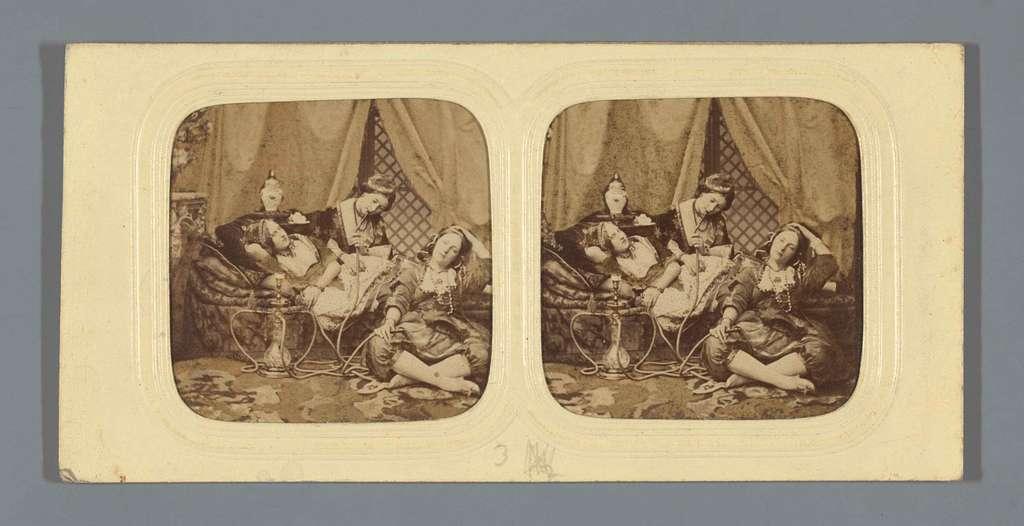 Drie vrouwen met waterpijp