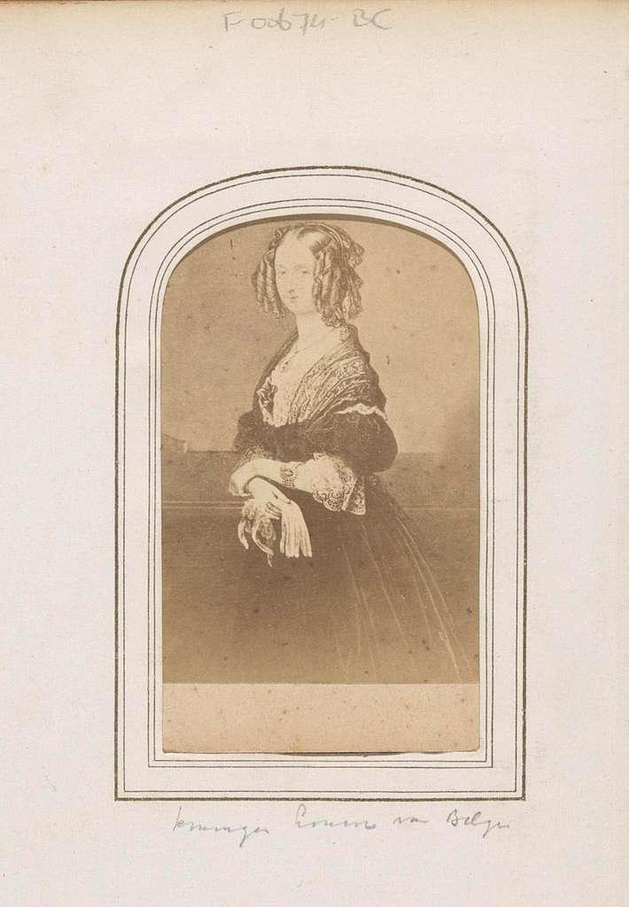 Fotoreproductie van een geschilderd portret van koningin Louise van België