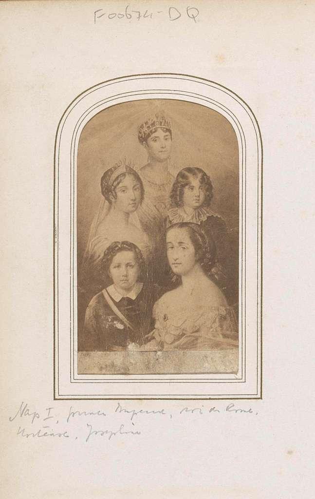 Fotoreproductie van (vermoedelijk) een prent van leden van de familie Bonaparte, waaronder keizerin Marie Louise en Napoleon II als kind