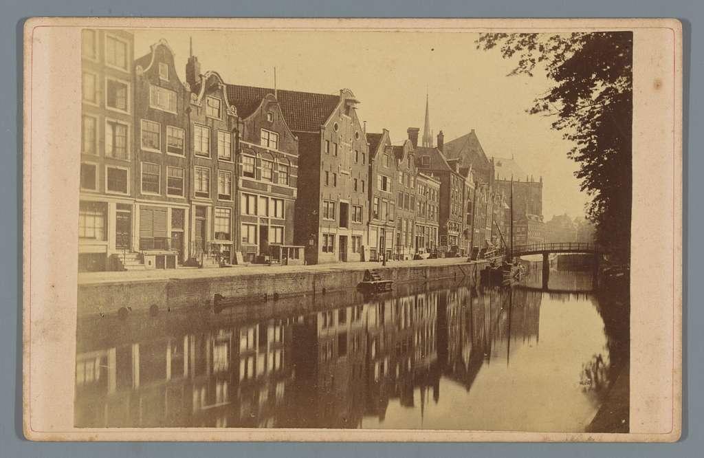 Gezicht op de Nieuwezijds Voorburgwal te Amsterdam