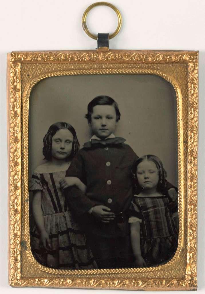 Portret van een onbekende jongen en twee onbekende meisjes