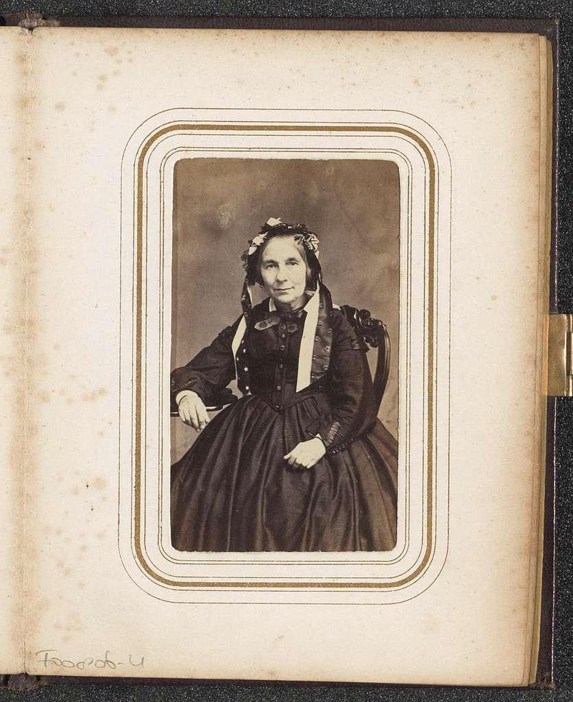 Portret van een zittende vrouw met een muts met linten