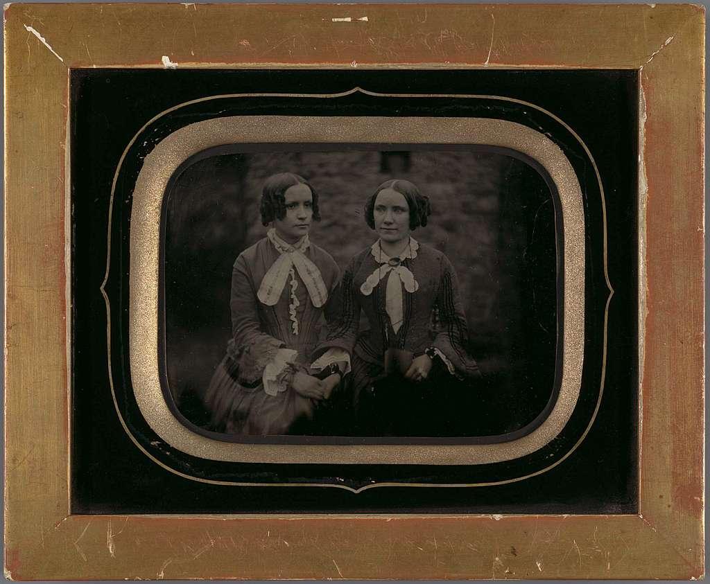 Portret van twee vrouwen in lijst