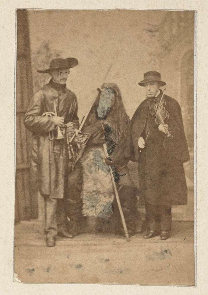 Toneelstuk met drie verkleede acteurs.
