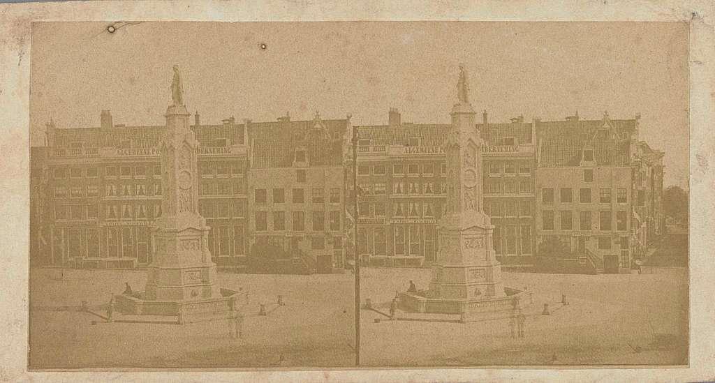 Dam te Amsterdam met in het midden Naatje (het Monument ter herinnering aan de Volksgeest van 1830-1831)