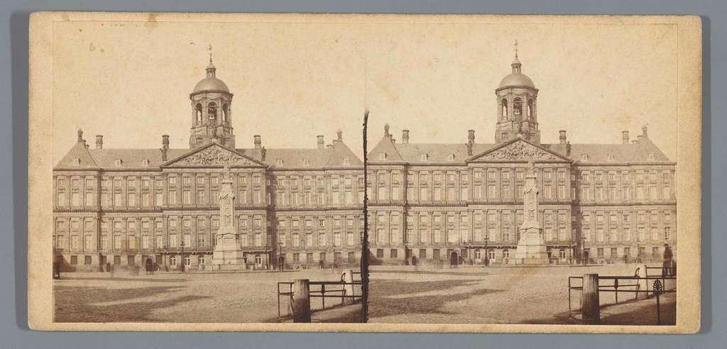 Koninklijk Paleis op de Dam en het Monument ter herinnering aan de Volksgeest van 1830 en 1831, genoemd Naatje, Amsterdam