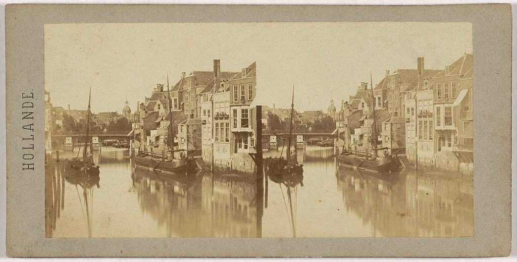 Gezicht op de Wijnhaven in Dordrecht met de Nieuwbrug en de Groothoofdspoort op de achtergrond