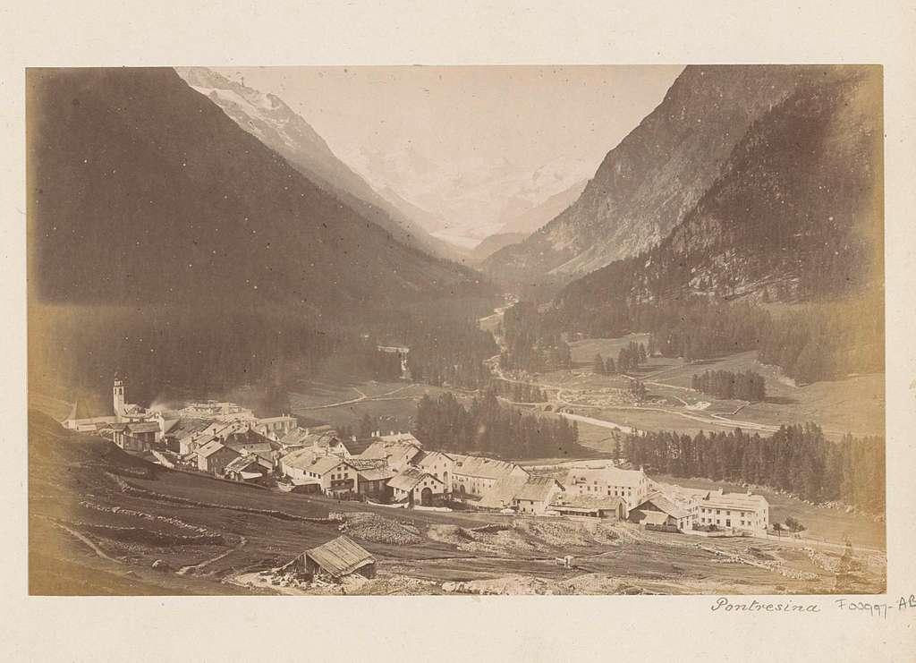 Gezicht op het dorp Pontresina en omliggende bergen