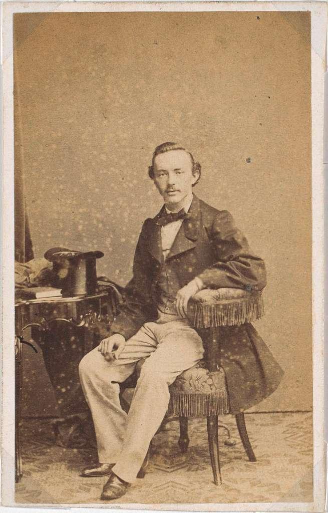 Portret van een man met een jas en een hoge hoed