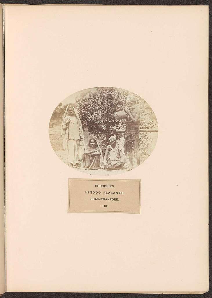 Vier onbekende Bhuddhiks uit Shahjahanpur voor een struik