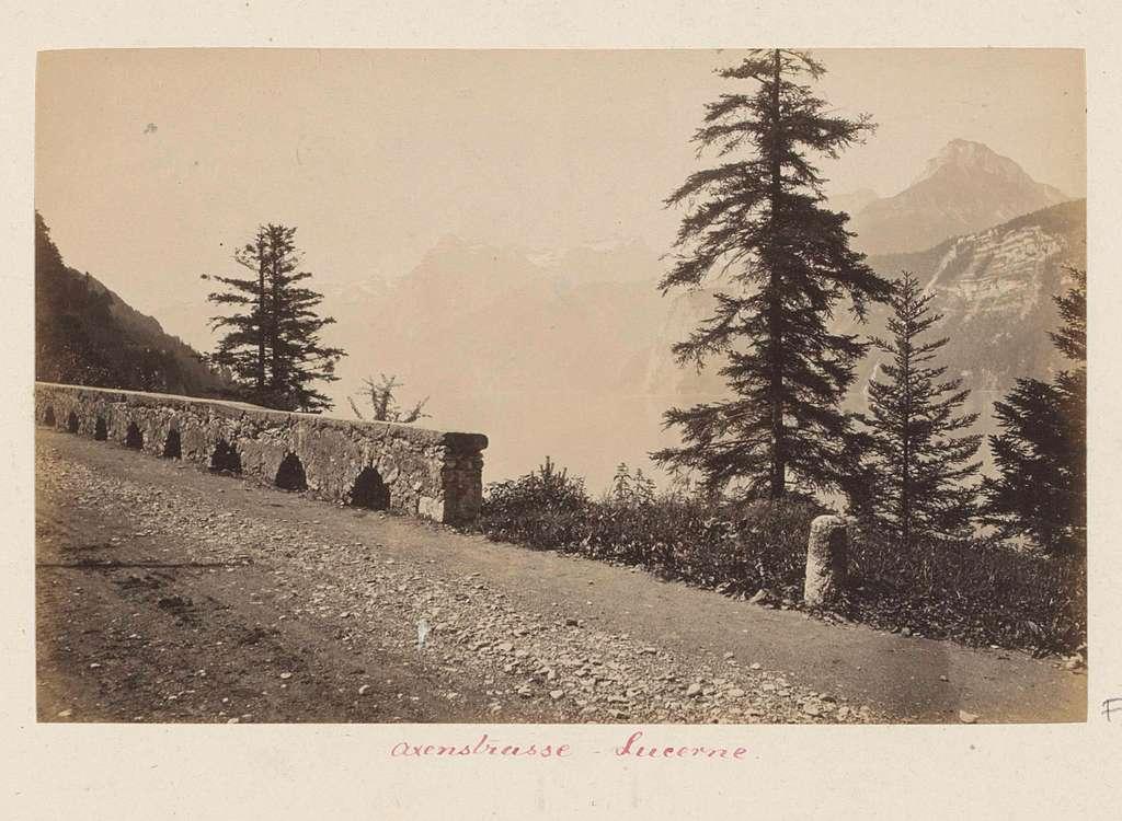 Axenstrasse met een brug in de bergen bij Luzern