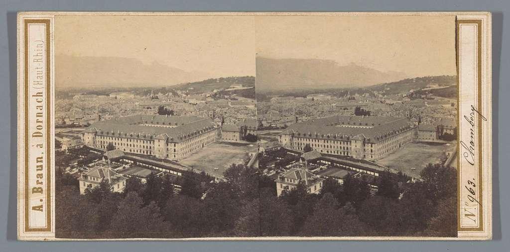 Gezicht op Chambéry, gezien vanaf de Colline de Bellevue, vooraan de voormalige militaire kazerne Carré Curial met erachter de kathedraal Saint-François-de-Salles, in de verte de Mont du Chat