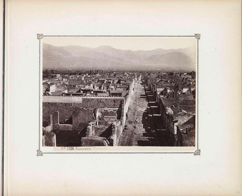 Gezicht op de restanten van Pompeï met op de achtergrond bergen