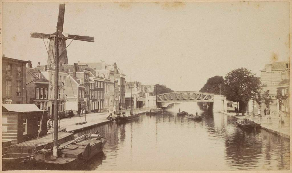 Gezicht op de Schiekade in Rotterdam met brug en molen