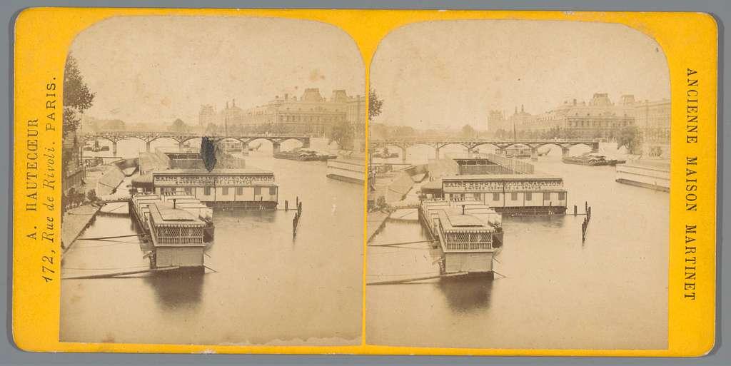 Gezicht op de Seine met een badhuis en het Louvre in Parijs