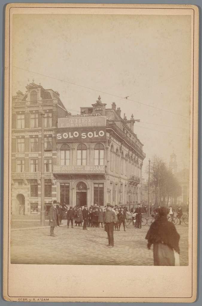 Gezicht op het gebouw Casino met daarin de diamantbeurs aan het Waterlooplein in Amsterdam