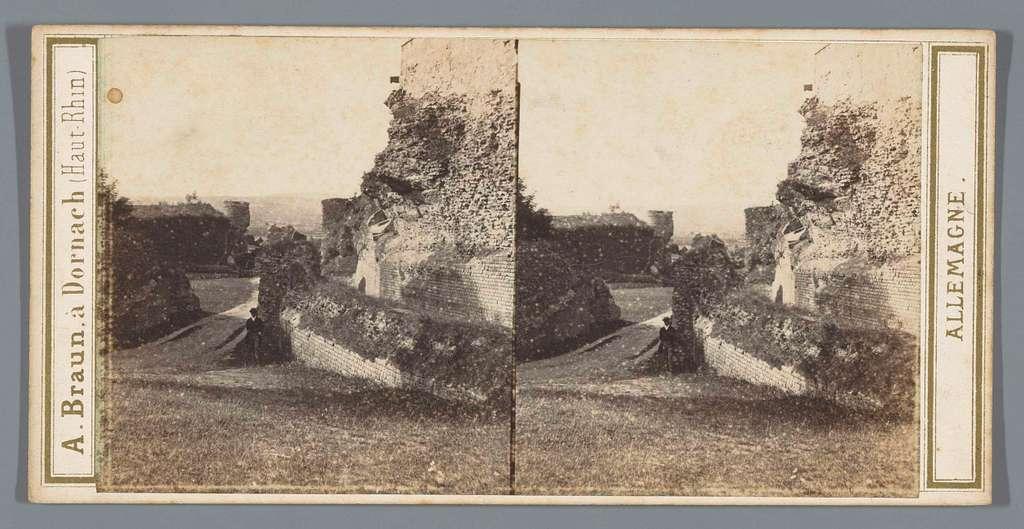 Man te midden van ruïnes van het Amfitheater van Trier