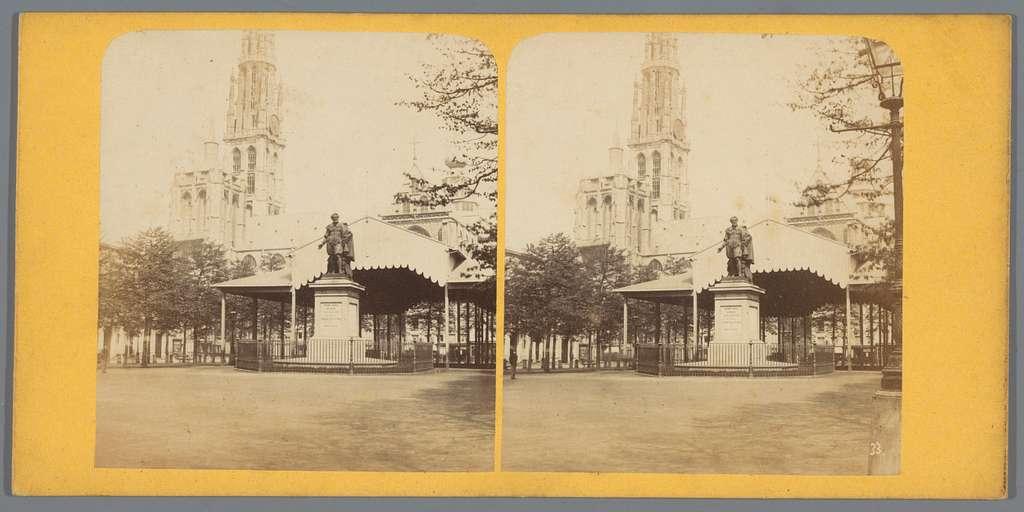 Gezicht op de Onze-Lieve-Vrouwekathedraal en het standbeeld van Peter Paul Rubens aan de Groenplaats in Antwerpen
