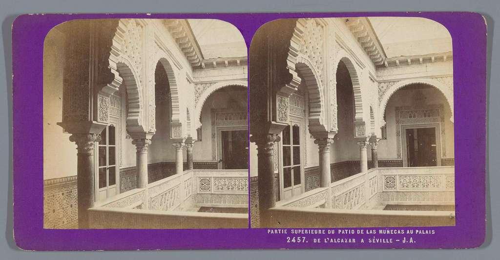 Bovenste gallerij van de patio van het Alcazar in Sevilla