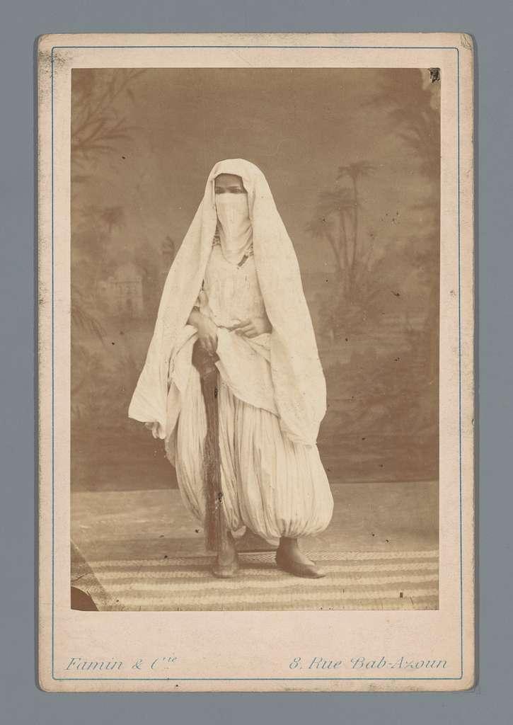 Algerijnse vrouw in harembroek en sluier