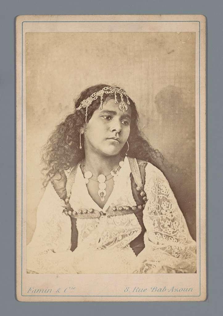 Algerijnse vrouw met sieraden in het haar