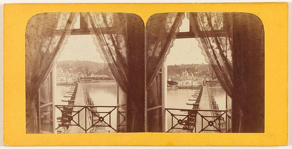 Gezicht op een brug over de Rijn vanuit een raam van Hotel Bellevue te Koblenz, Duitsland