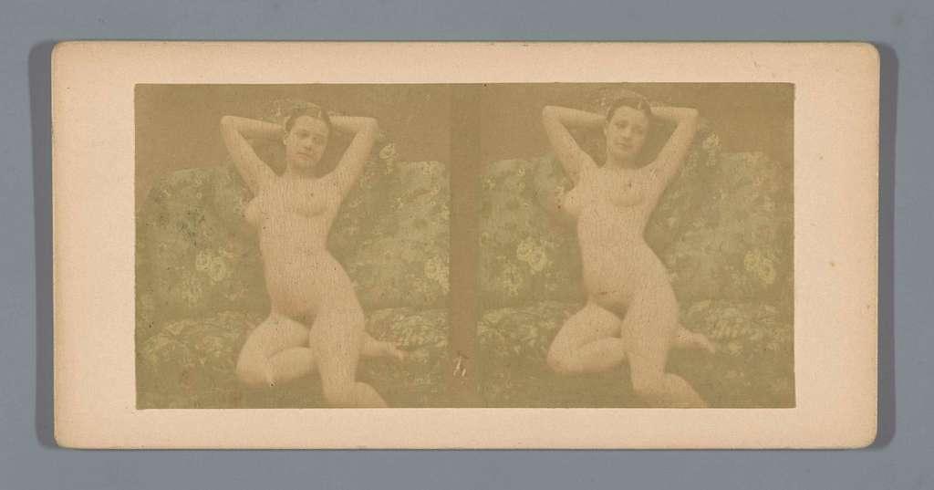Naakte jonge vrouw zittend op een bankstel