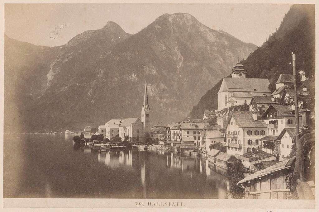 Gezicht op Hallstatt met meer en omliggende bergen