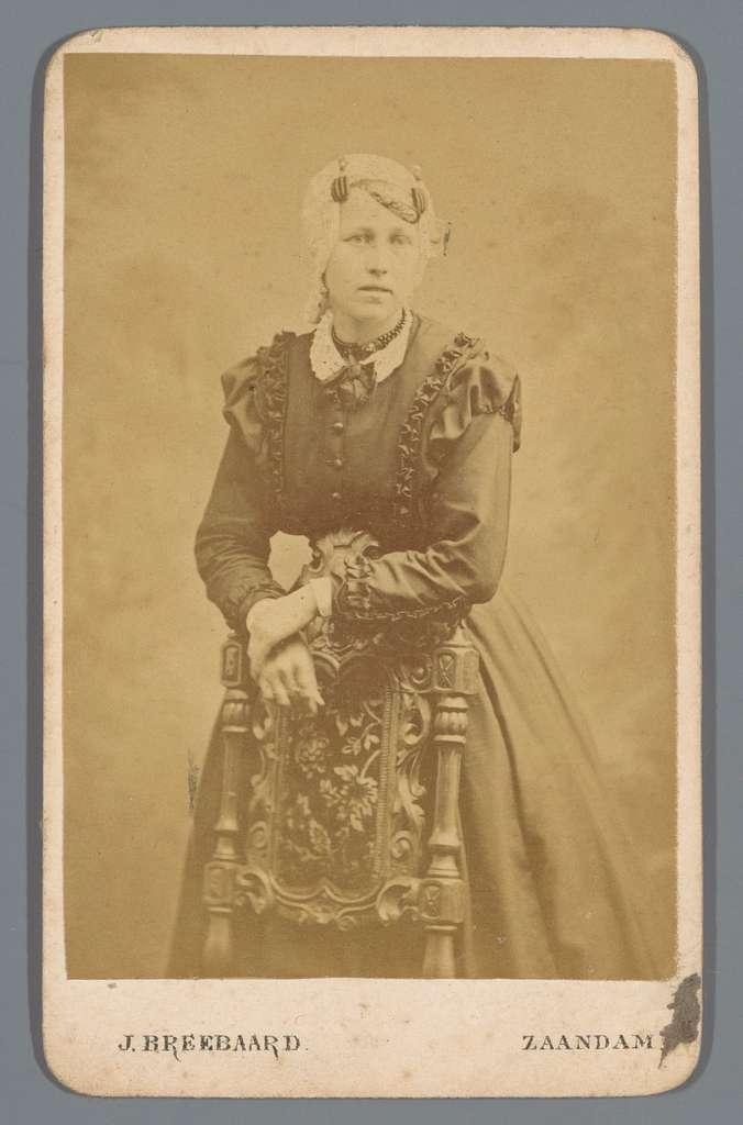 Portret van een onbekende vrouw, leunend over de rugleuning van een stoel