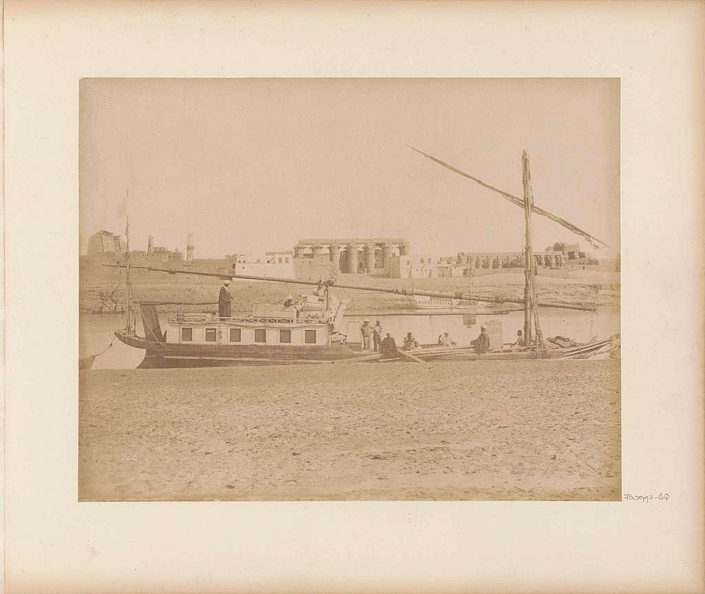 Zeilboot (dahabie) op de Nijl met op de achtergrond de Grote zuilengalerij in Luxor