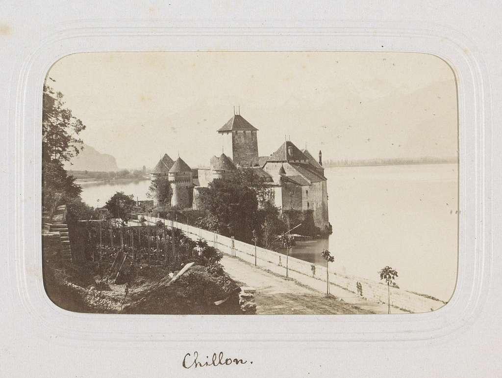 Gezicht op het Kasteel van Chillon aan het Meer van Genève met op de achtergrond de Dents du Midi