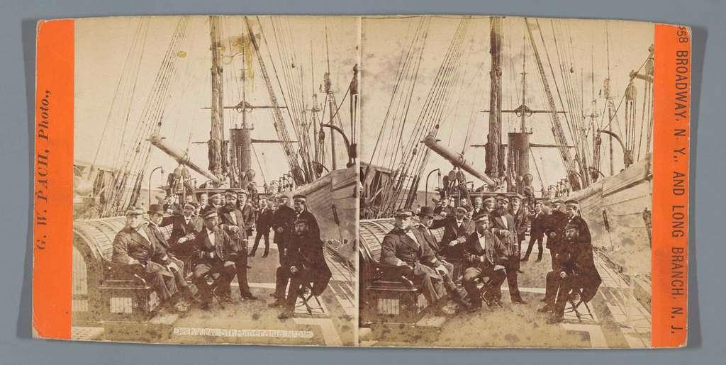 Zeelieden en passagiers aan dek van de Pomerania