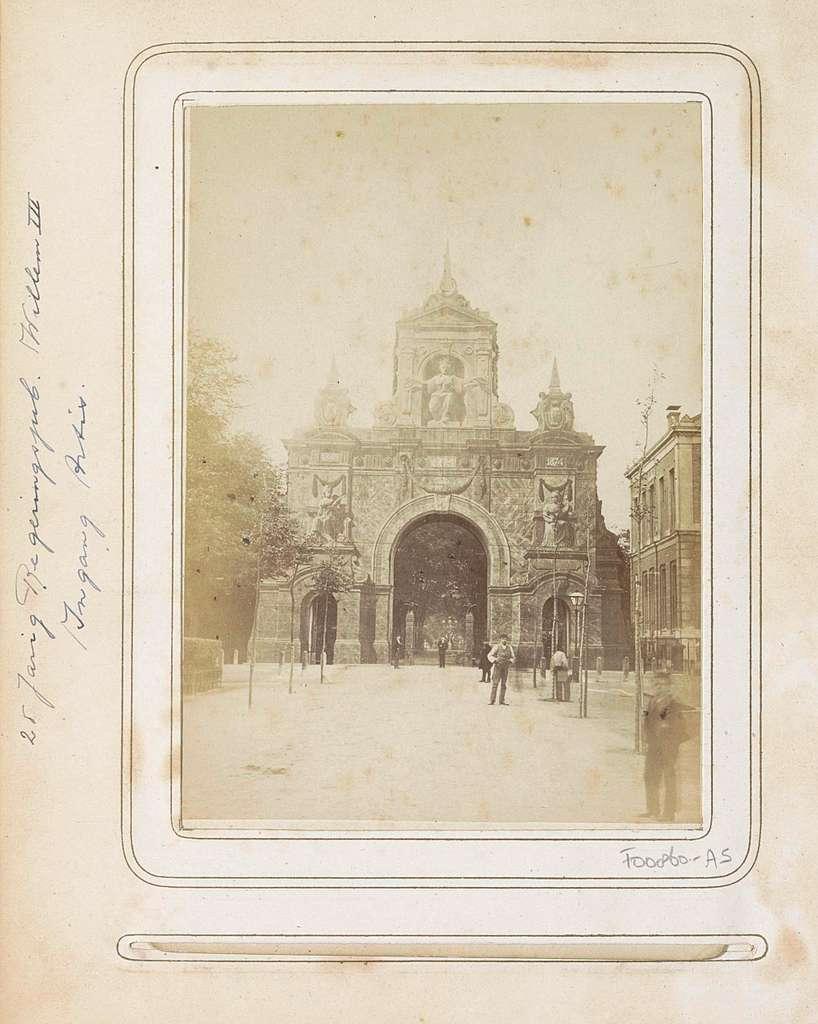 Poortgebouw bij de ingang van dierentuin Natura Artis Magistra, opgericht ter gelegenheid van het 25-jarig regeringsjubileum van koning Willem III
