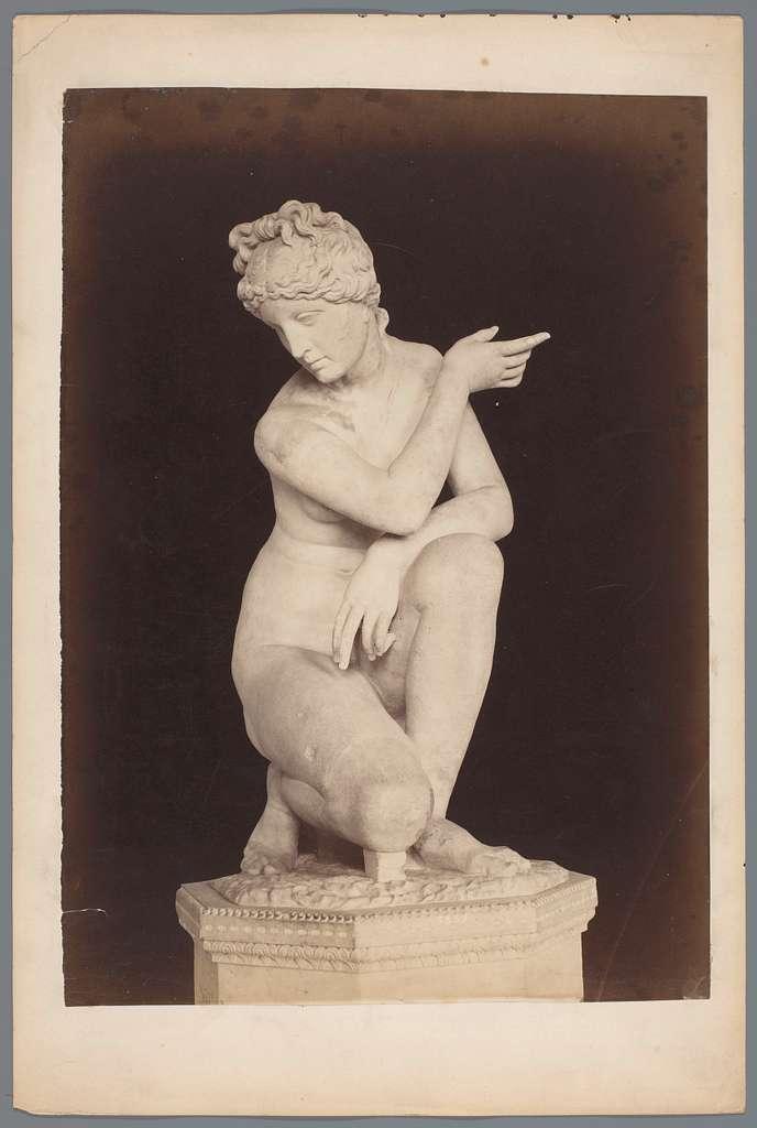 Beeld van een knielende Venus in de Vaticaanse Musea te Vaticaanstad