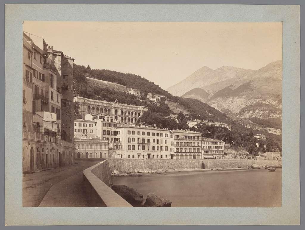 Gezicht op de kustlijn van een stad, met huizen en een kade, Italië [?]