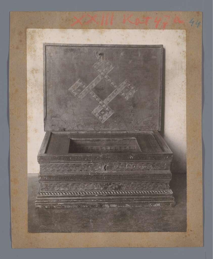 Kist gedecoreerd met een kruisvorm (vermoedelijk) in het Rijksmuseum te Amsterdam