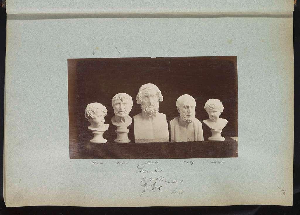 Vijf gipsen bustes waaronder één van Socrates