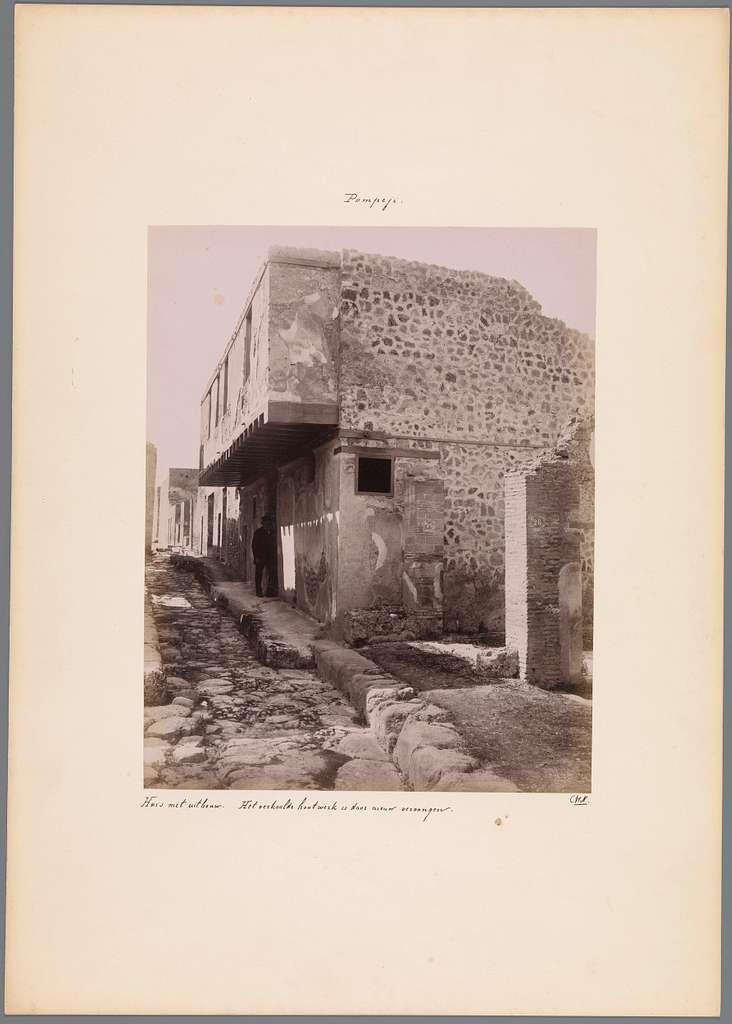 Zijaanzicht van een gebouw met twee verdiepingen te Pompeï