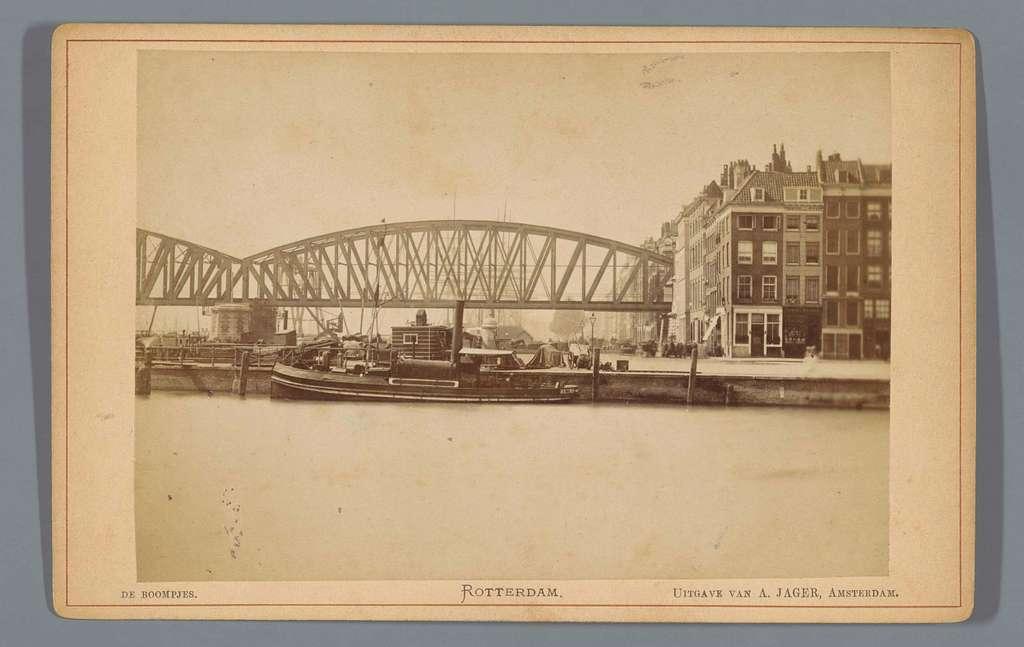 Gezicht op de Boompjes in Rotterdam met de spoorbrug over de Nieuwe Maas