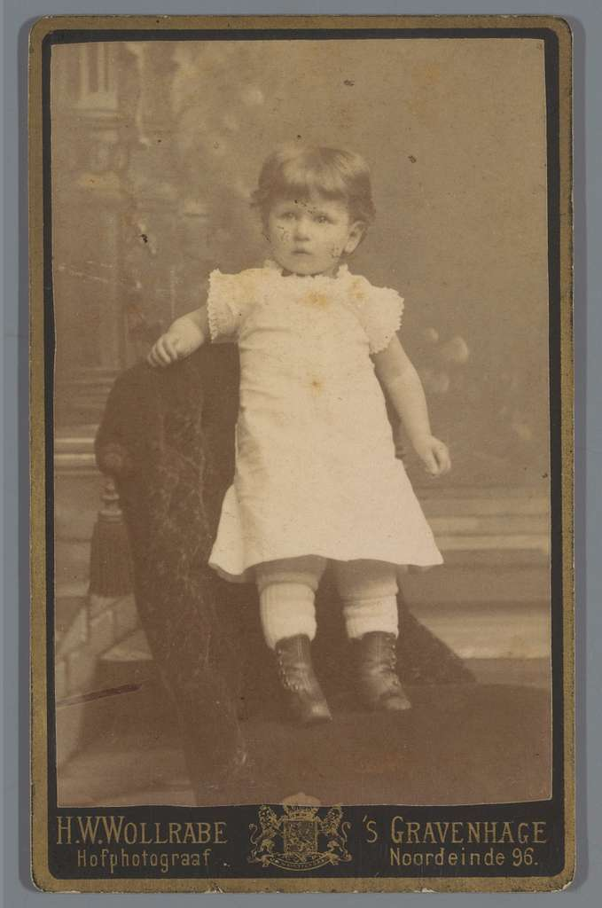 Portret van een onbekend kind, staand op fauteuil